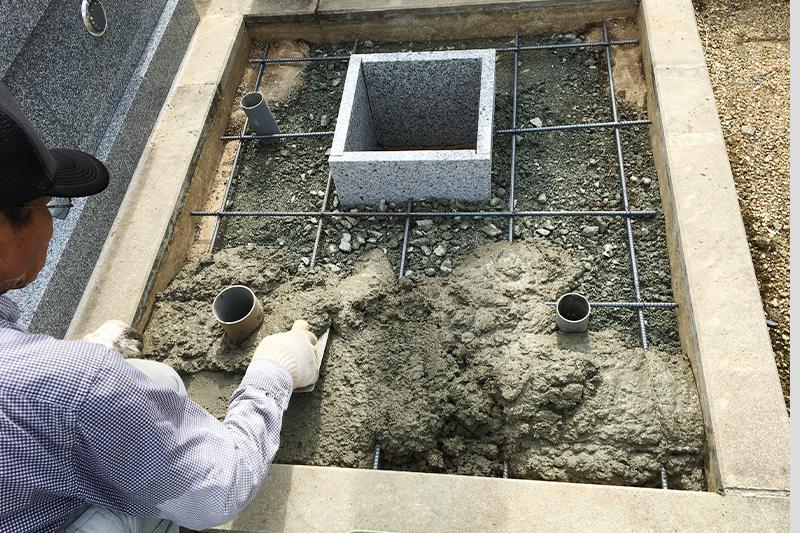 お墓を施工する前の鉄筋入り基礎ベ-ス作り