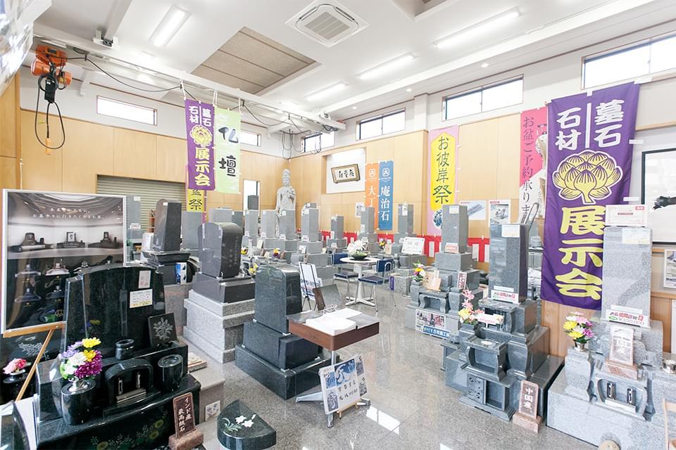 お墓ブースでは、愛知県下最大級の数の国産墓石を展示しています。