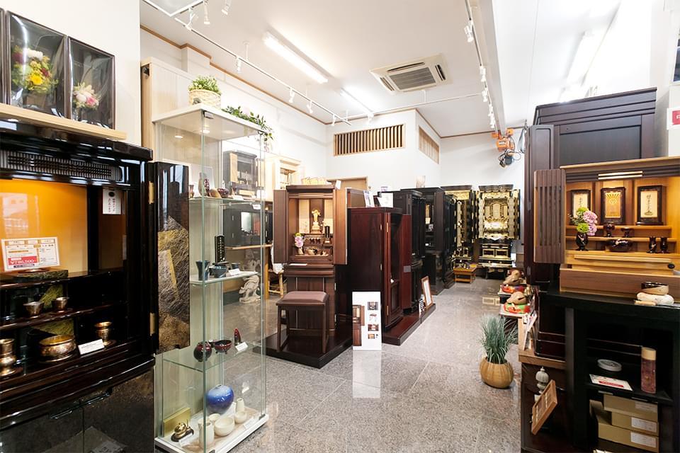 お仏壇ブースでは、国内最大手メ-カ-の仏壇を始め、仏具も展示しています。